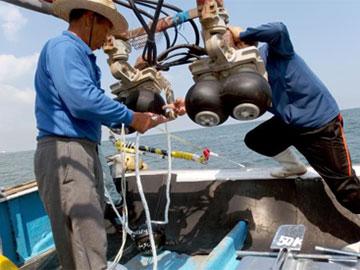 写真1 海棲哺乳類受動的音響観測機投入状況